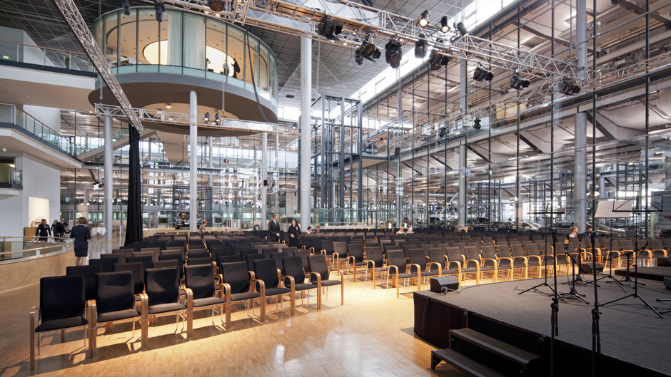 Marios Joannou Elia: STROPHES (2003/04) - The Volkswagen Transparent Factory in Dresden transformed into a concert hall (Photo © VW Dresden)