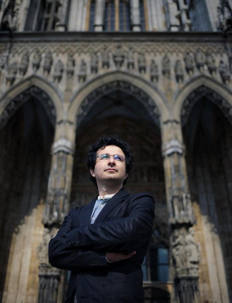 Marios Joannou Elia in front of Ulm Minster (Photo © Volkmar Könneke / Südwest Presse)